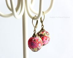 Lovely pink and brown Liberty textile earrings made with wooden beads covered with Liberty print fabric, various antique brass components including leverback hooks.  Enjoy the pleasure of wearing unique handcrafted designer jewelry. All my jewels are made with patience, great skills and care! Please, keep these textile earrings away from water, beauty and household products.  These earrings will be shipped gift wrapped. Nickel and lead free. Bead diameter: 1,5cm or 9/16 inch.