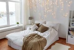 Lichterkette an der Wand im Schlafzimmer, gemütlich. holiday lights, cozy bedroom