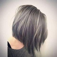 La coloration gris pastel va aussi très bien aux cheveux courts