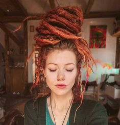 Image may contain: one or more people and closeup Style Boho, Look Boho, Gypsy Style, Hippie Style, Mundo Hippie, Estilo Hippie, Dreadlock Extensions, Dreadlock Beads, Stone