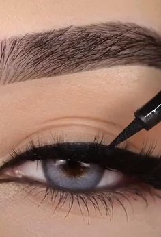 Draw smooth, even lines by starting at the inner corner of the upper eyelid Move the brush tip outwards Eyeliner is easily removed with Maybelline Expert Eyes Oil-Free Eye Makeup Remover Best Eyeliner For Tightlining, How To Draw Eyeliner, Simple Eyeliner, Perfect Eyeliner, Gel Eyeliner, Pencil Eyeliner, Eyeshadow, Hazel Eye Makeup, Eye Makeup Remover
