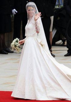 Kate Middleton: abito nuziale copiato? - Questa volta, al centro del gossip reale, c'è il vestito da sposa di Kate Middleton: la casa di moda Alexander McQueen è stata denunciata per aver copiato i disegni, ma un portavoce smentisce... - Read full story here: http://www.fashiontimes.it/2016/04/kate-middleton-abito-nuziale-copiato/