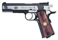 Pistola de Pressão CO2 COLT Special Combat 4,5mm 20 Tiros Robusta réplica em metal da lendária pistola Colt Classic. O slide móvel feito em aço inox repousa sobre o corpo com um trilho tipo Weaver. Este modelo popular de grande precisão possui ainda um gatilho de dupla ação e trava de segurança.