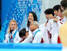 フィギュア団体女子SPの演技を終え、うつむく浅田真央(下段左から2人目)=川村直子撮影
