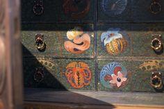 Handmade decor paintings. / Käsintehtyjä koristemaalauksia vanhassa lipastossa. www.valaistusblogi.fi Alter, Vintage Decor, Vintage Fashion, Lighting, Antiques, Holiday Decor, Blog, Home Decor, Homemade Home Decor