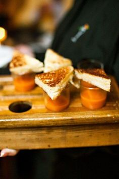 Shooters de sopa de tomate y grilled cheese sandwiches.
