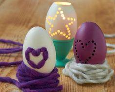 Mit dieser Technik lassen sich gefärbte oder weiße ausgeblasene Eier zu kleinen Kunstwerken verarbeiten. Der Fantasie sind dabei keine Grenzen gesetzt, der geübte Bastler kann das volle Spektrum der Dremel-Bohrer in allen Größen nutzen. Hier gibt's noch mehr Ideen für eure Osterdeko.
