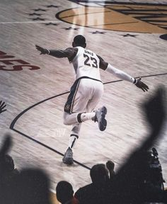 Sport Icon Basketball Ideas Source by King Lebron James, Lebron James Lakers, King James, Basketball Videos, Basketball Players, Basketball Quotes, Sports Basketball, Hd Wallpapers 4k, Lebron James Wallpapers