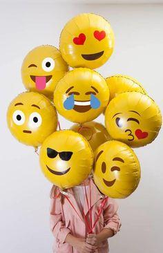 """Bar à Emoji, un shop en ligne 100% dédié à la """"culture emoji"""".  Sur ce shop, vous pouvez donc vous procurer toutes sortes d'objets qui mettent en scène les emojis les plus célèbres : des t-shirts, des coques pour smartphones, des tote bages, des affiches ou encore des masques, il y en a pour tous les goûts. Pour tous les addicts des émoticônes, une seule adresse : le Bar à Emoji !"""