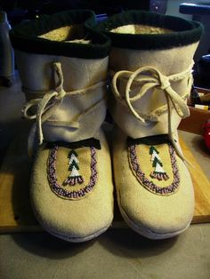 Salish side-seam mocassins (try it with felted wool blankets instead of sheepskin and leather! Sewing Crafts, Sewing Projects, Native American Moccasins, How To Make Moccasins, Beaded Moccasins, Felt Shoes, Nativity Crafts, Beading Patterns, Beading Ideas