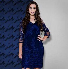 4f4be44022 O clássico azul marinho repaginado neste vestido de mangas 3 4 feito de  tule bordado