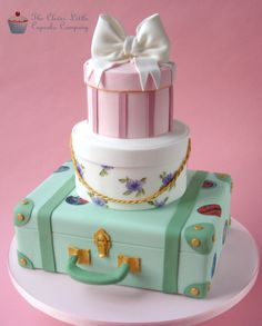 Vintage Luggage Wedding Cake - Vintage style suitcase with stacked hatboxes. The middle tier was hand painted (my first time painting straight on to a cake, very nerve wracking! Gorgeous Cakes, Pretty Cakes, Cute Cakes, Amazing Cakes, Luggage Cake, Suitcase Cake, Hat Box Cake, Gift Box Cakes, Deco Cupcake