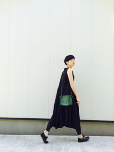 Pop of green Fashion Over 50, Love Fashion, Fashion Outfits, Womens Fashion, Fashion Design, Minimal Outfit, Minimal Fashion, Uniqlo Style, Dress Over Pants