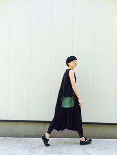 Pop of green Fashion Over 50, Love Fashion, Fashion Outfits, Womens Fashion, Fashion Design, Minimal Fashion, Minimal Outfit, Uniqlo Style, Dress Over Pants