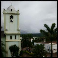 Da janela lateral, do quarto de dormir, eu vejo uma igreja um sinal de gloria