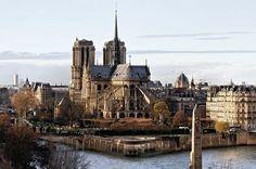 """Saindo de lá pegamos uma bike e fomos circular por Paris. Eu não indico andar de metrô por Paris porque ela é uma galeria a céu aberto. Cada mergulho é um flash e não dá pra perder. Enfim pedalamos até a Notre Dame. A Catedral de Notre Dame foi construída em estilo gótico em 1163 e tem esse nome por ter sido dedicada a Maria mãe de Jesus e por isso o nome """"Notre Dame"""" (Nossa Senhora). Cada detalhe de sua fachada é uma obra de arte. Você fica louco querendo fotografar tudoooooo.  Gente mas…"""