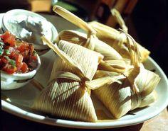 Los tamalitos verdes son una receta de origen peruano, cuyo nombre se explica en el uso de cilantro, el cual le brinda el color verde a la mezcla de maíz que se consume dentro de la chala.