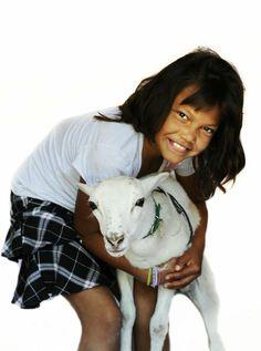 """Dit is Carmen Cristina, 12 jaar, uit Honduras. """"Ik houd van mijn knuffelbeer!"""" Waar wordt jouw kind blij van? Ga naar www.deweekvanhetkind.nl en doe mee!"""
