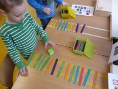 Speel in 2tallen hoeveel rails je mag pakken. Wie is het eerste aan de overkant? Daarna kun je tellen hoeveel van elke kleur.