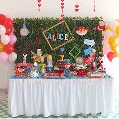 Linda essa festa Alice no País das Matavilhas, adorei! Decoração muito fofa por @minimimofestas ❤️ #kikidsparty
