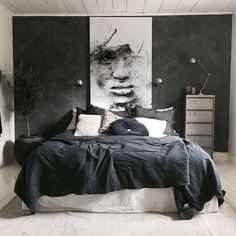 A dark bedroom with a black duvet cover - Een donkere slaapkamer met een zwart dekbedovertrek A dark bedroom with a black duvet cover – Everything to make your home your Home Bedroom Inspo, Home Decor Bedroom, Modern Bedroom, Bedroom Ideas, Bedroom Furniture, Man's Bedroom, Dark Gray Bedroom, Dark Bedrooms, Budget Bedroom