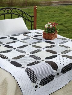 Dashing from the book Vintage Vibe by Amber Johnson I love black and white quilts. Studio die- multiple Signature and squares Last summer I had the opportunity to machine quilt a few quilts for my friend Amber Johnson of Gigi's Thimble . Colchas Quilting, Scrappy Quilts, Machine Quilting, Quilting Projects, Quilting Designs, Gray Quilts, Quilt Design, Quilting Ideas, Quilt Baby