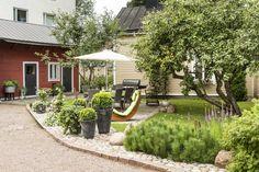 Talo ja aita suojaavat sisäpihaa kadulle päin. Punaiseksi maalattu rakennus on varastokäytössä, beesissä piharakennuksessa on varastotilaa, vierashuone ja vessa. Pihaa varjostaa mukavasti vanha omenapuu, jonka viereen Raija on istuttanut ruukkupuutarhan.