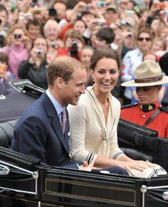 Kate and William pictures. Siempre le mira... sonreir juntos. Cuidar de el.