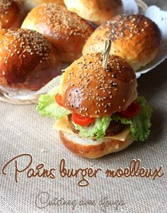 Pain hamburger recette hyper moelleuse /Very soft and fluffy buns for bu. Burger Bread, Burger Buns, Hot Dog Recipes, Bread Recipes, Hamburger Bun Recipe, Homemade Hamburgers, Cooking Chef, Healthy Eating Tips, International Recipes