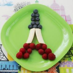 This edible craft, Eiffel Tower made of fresh fruit, can be a funny dessert to prepare with kids  to make them discover Paris.