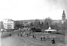 Kuva Hämeensillasta 1890-luvulta, kuvaaja on Werner Mauritz Gestrin. Kuva on Vapriikin kuva-arkiston kokoelmasta. Valokuvan paikan tunnistaa heti, mutta niin moni elementti on muuttunut. Oikeastaan mikään muu kuin kirkon torni ei näy nykyisellään tästä kuvakulmasta ja sekin on muuttunut. Kirkon tornissa on kuvan ottoaikaan ollut palovartijan tasanne.