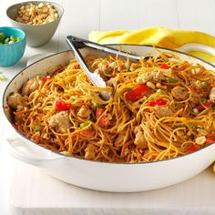 thai recipes Thai Chicken Peanut Noodles Recipe -My husband loves the spicy Thai flavors in this speedy, simple dish and often breaks out the chopsticks for a more immersive experience. Noodle Recipes, Thai Recipes, Asian Recipes, Chicken Recipes, Dinner Recipes, Cooking Recipes, Ramen Recipes, Cooking Food, Gastronomia