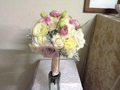 Ramo de novia en tonos pastel con rosas, lisianthus, ranúnculos y un toque de dusty miller