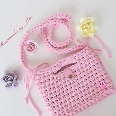 """ถูกใจ 1,266 คน, ความคิดเห็น 5 รายการ - @applewhitecrochet บน Instagram: """"By @canareyca_handmade #croché #crocheter #crochê #crochetinspiration #crochetando #feitoamao…"""" Crochet Handbags, Crochet Purses, Crochet Teddy, Knit Crochet, Crotchet Bags, Crochet T Shirts, Crochet Pouch, Personalized Tote Bags, Finger Knitting"""