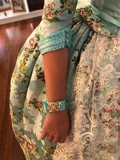 Fallera Kalamkari Blouse Designs, Salwar Neck Designs, Neck Designs For Suits, Sleeves Designs For Dresses, Blouse Designs Silk, Kurta Designs, Ladies Coat Design, Kurti Sleeves Design, Frock Fashion