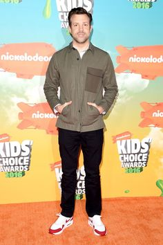 Jason Sudeikis from Kids' Choice Awards What the Stars Wore Before presenting an orange blimp to a big star, the actor goes casual with Nike sneakers and denim jeans. Kids Choice Award, Choice Awards, Celebrity Sneakers, Kids Awards, Jason Sudeikis, Orange Carpet, Big Star, Red Carpet Fashion, Your Girl