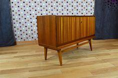Enfilade Design Scandinave en Zébrano Vintage 1960 Éditeur: Behr-Mobel Elle ouvre par 2 porte et possède sa clé. L'enfilade est en très bon état. Dimensions: Longueur 123 cm / Hauteur 79 cm / Profondeur 45 cm. Référence:A2010