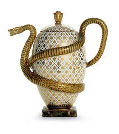 Théière à l'œuf et au serpent. Cette théière faisait partie d'un service à décor naturaliste: un pot à crème à tête de vache, un pot à sucre en forme d'ananas, une tasse à tisane en forme de fleur et une tasse à chocolat avec le même motif que la théière. Ici le serpent évoque l'Asie d'où provient le thé. Créée à la Manufacture de Sèvres en 1805, cette théière a été fabriquée jusqu'en 1833 en très petites quantités ; cet exemplaire fut acheté par le duc d'Orléans, fils du roi Louis-Philippe.