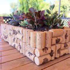 O que acha de fazer uma hortinha decorada com as rolhas dos seus vinhos preferidos? #decor #wine #vinho #DIY