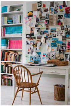 Petit bureau avec mur rempli de photos et cartes http://www.unregardcertain.fr/30-idees-et-inspirations-de-decoration-pour-la-piece-du-bureau/2031