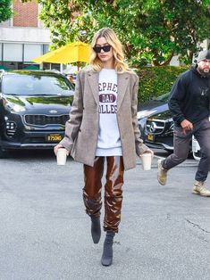 Hailey Bieber Winter Capsule: Hailey Bieber wears vinyl trousers with a sweatshirt and a blazer Estilo Hailey Baldwin, Hailey Baldwin Style, Celebrity Boots, Celebrity Style, Cardigan Oversize, Vinyl Trousers, Photographer Outfit, First Date Outfits, Jumper Outfit