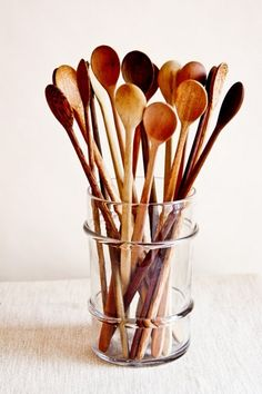 Pretty wooden spoons in glass jar for the plastic free kitchen. #plasticfreetuesday.com