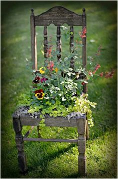Garten Dekor Kunst Idee Stuhl Recup - Decorating I - Amenagement Jardin Recup Beautiful Flowers Garden, Beautiful Gardens, Beautiful Scenery, Rustic Gardens, Outdoor Gardens, Veggie Gardens, Rustic Garden Decor, Vintage Garden Decor, Small Gardens