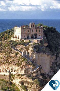 Lamezia Terme, comúnmente llamado Lamezia, es una ciudad italiana en la provincia de Catanzaro, en la región de Calabria. El castillo que esta en la cima de un monte, es hoy un conjunto de ruinas que ocupan la cima de una colina de 320 metros de altura. Fue construido, según algunos estudiosos, por el Bruttii o por colonos griegos.
