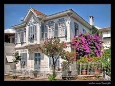 beyaz köşk ve ağaçlar Turkish Architecture, Art And Architecture, Istanbul, Southern Plantations, Garden Windows, Plantation Homes, Turkey Travel, Home Fashion, Traditional House