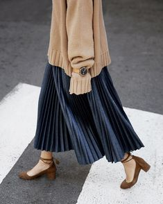 Ideas Skirt Pleated Outfits Modest Fashion - Fushion News Blue Skirt Outfits, Pleated Skirt Outfit, Pleated Maxi, Muslim Fashion, Modest Fashion, Hijab Fashion, Korean Fashion, Fashion Outfits, Beige Pullover