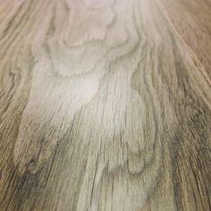 Ogni superficie del legno con le sue venature racconta la sua storia.  #legno #venature #semplicità #design Hardwood Floors, Flooring, Artwork, Design, Parquetry, Wood Floor Tiles, Wood Flooring, Work Of Art, Auguste Rodin Artwork