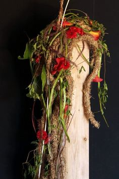 Floral Art School of Catalonia Fall Flower Arrangements, Fall Decor, Holiday Decor, Arte Floral, Flower Show, Fall Flowers, Vintage Cards, Grapevine Wreath, Plant Hanger