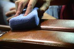 Een lederen jas, sofa of paar schoenen: ze hebben af en toe wat extra zorg nodig. Vlekken Meng wat witte zeepvlokken in lauw water en laat alles goed oplossen. Ga de vlekken te lijf en spoel achteraf goed na. Als dit niet werkt kan je wasbenzine of alcohol proberen. Maar test dit eerst op een … Continued