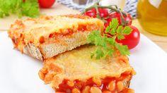 Überbackenes Brot mit Bohnen-Überbackene Brotscheiben können einen anstrengenden Tag lecker ausklingen lassen. Die Brotscheiben sollten Sie dafür schön dick schneiden, damit sie nicht labberig werden, sondern kross. Belegen Sie sie mit Wurst und Käse und schieben sie auf einem mit Backpapier begelegten Rost bei 180° für 10 Minuten in den Ofen. Deftiges Brot sollten Sie vor dem Belegen antoasten und mit frischem Knoblauch abreiben.